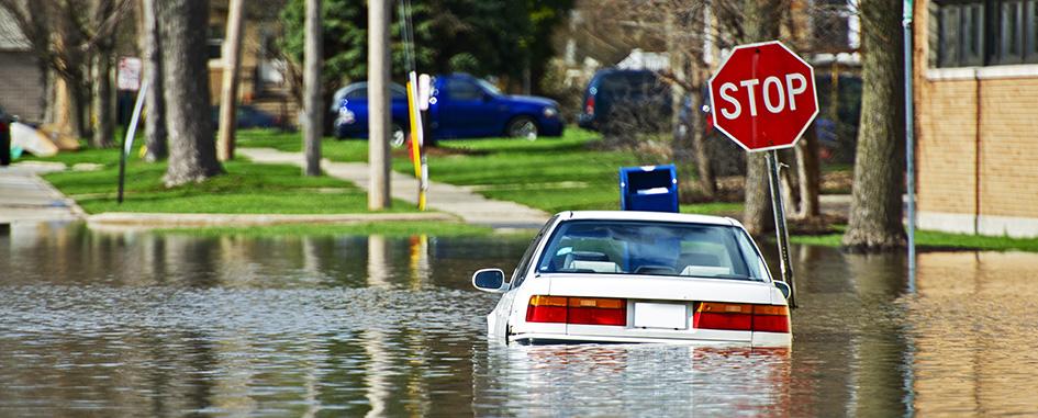 Vehículo en una calle inundada