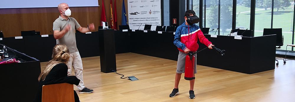 Un joven voluntario extinguiendo un incendio a través de la realidad virtual.